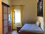Dormitorio con camas dobles deslizantes e impresionantes vistas a mar y montaña.