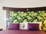 Le grand lit king-size 200x200 avec sa tête de lit tropical et la nacre incrustée