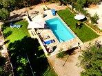Vista aerea de la zona de la piscina y sus jardines