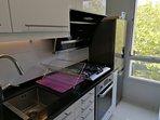 cuisine équipement complet avec plan de travail en marbre haut gamme, robinet mitigeur (douchette Gr