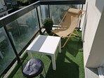 terrasse synthetique , 2 tables, 5 chaises donc un transat donnant sur la grande avenue general gaul