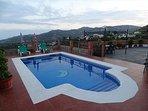 Piscina con unas terrazas, con fantasticas vistas al mar