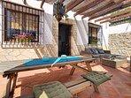 Het ruime terras met eet- en lounge-gedeelte
