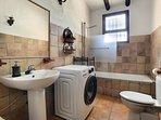 Tweede badkamer met wasmachine