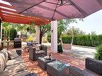 Het ruime terras met lounge-, eetgedeelte en barbecue.