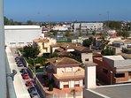 Preciosas vistas desde nuestra terraza privada donde podrá ver la ciudad y el mar a lo lejos.
