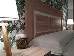 Ámplio y elegante dormitorio de matrimonio de 150cm con acceso a una terraza privada y soleada.