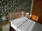 Dormitorio con cama de matrimonio de 150cm. Acceso directo a la terraza privada desde el dormitorio.