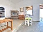 Casa JASMINE:- Zona notte con camino tradizionale e cassettone.