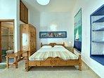 Casa JASMINE:- Zona notte. il letto matrimoniale formato Queen. L'armadio con il porta bagagli.