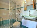 Casa JASMINE:- Bagno con cabina doccia. Scorrevoli e mensole portaoggetti in cristallo.