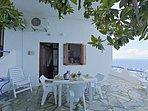 Villa VIOLA:- La veranda privata e attrezzata. Entrata del soggiorno trasformabile.