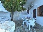 Villa VIOLA:- La veranda con il fornello a gas completamente attrezzata con tavoli sedie e sdraio.