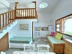 Villa VIOLA:- Due divani letto; uno singolo con contenitore, uno doppio estraibile. Angolo cottura.