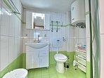 Villa VIOLA:- Bagno del soggiorno trasformabile con cabina doccia.
