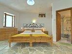 Villa VIOLA:- Camera con due ampi letti accoppiabili.