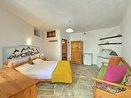 Villa VIOLA:- La camera doppia con bagno completo. Box doccia in cristallo. Divanetto letto.