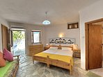 Villa VIOLA:- Camera principale. Cassettone, divanetto letto, Accesso alla veranda privata.