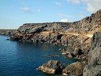 Paseo al borde del mar desde el pueblo hasta la playa de 'La Punta'