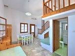 Villa VIOLA:- La zona living. L'accesso al bagno/doccia. La porta d'ingresso al soggiorno.