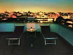 Angolo romantico del terrazzo al chiaro di luna
