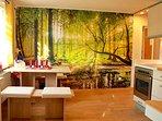 Küche im Waldambiente mit gemütlicher sitzecke am Fenster.