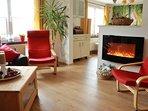 Wohnzimmer mit elektrischem Kamin für gemütliche Atmosphäre,