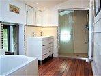 salle de bain de 10 m2 ( douche à l'italienne + baignoire).