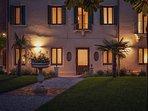 cinqueteste luxury home, vista notturna dal giardino liberty della proprieta'. La magia a Venezia