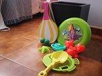 Dispones de algunos juguetes para que tus hijos bajen a la playa