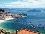 Raxó está ubicado en el corazón de la Ría de Pontevedra con la Isla de Tambo al fondo