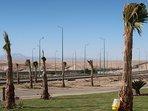 Von der Einfahrt des Resorts gelangt man im Handumdrehen auf die große Straße nach Hurghada.