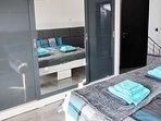 Der extragroße Schrank mit drei Schiebetüren bietet besonders viel Platz für deine Garderobe.
