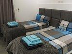 Auch in Schlafzimmer Nr. 2 kannst du die Betten verschieden anordnen. Sie sind je 90 x 200 cm groß.
