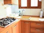 Piano cottura e lavandino in cucinotto.