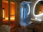 Bagno con doccia idromassaggio, bagno turco e sauna a raggi infrarossi