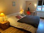 la chambre avec un grand lit 2 personnes