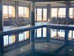 Relaxation autour de la piscine chauffée
