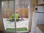 La cuisine avec la baie vitrée donnant sur la cour, où il est agréable de manger aux beaux jours.