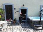 Outdoor-Whirlpool im Innenhof.