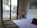 slaapkamer met tweepersoonsbed, kledingkast, ventilator aan het plafond