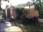 giardino con tavolo, sedie ed ombrellone