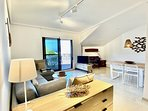 vista salón comedor con smart tv y aire acondicionado por conductos frío/calor