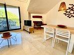 vista comedor y pequeño despacho con smart tv y salida a terraza