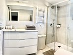 vista baño con calefactor frio/calor, secatoallas electrico, secador y cesta para ropa & ducha