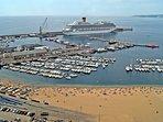 Vista aérea del puerto turístico y pesquero