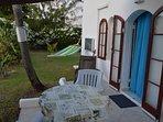 Two Palms Apartment - Patio & Garden
