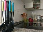 Cocina con accesorios y electrodomésticos. Un buen café?