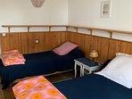 Chambre 1. Les lits peuvent être rapprochés Vue sur le jardin.