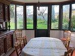 La salle à manger, avec une belle ouverture sur le jardin